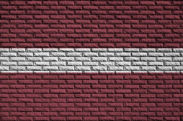 Le drapeau de la lettonie est peint sur un vieux mur de briques