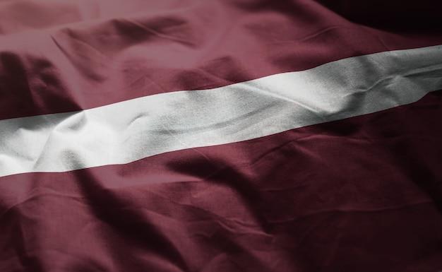 Drapeau de la lettonie froissé de près