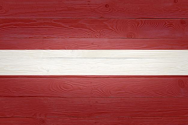 Drapeau de la lettonie peint sur fond de planche de bois ancien