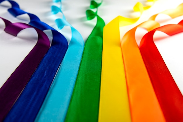 Drapeau lgbt, symbole arc-en-ciel des minorités sexuelles sous forme de rubans de satin.