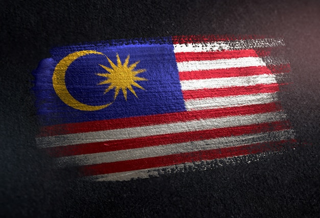 Drapeau de la malaisie fait de peinture brosse métallique sur mur sombre grunge