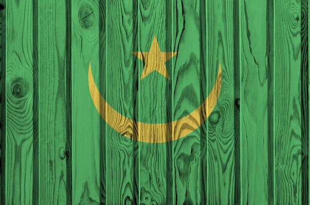 Drapeau de la mauritanie représenté dans des couleurs vives sur un vieux mur en bois.