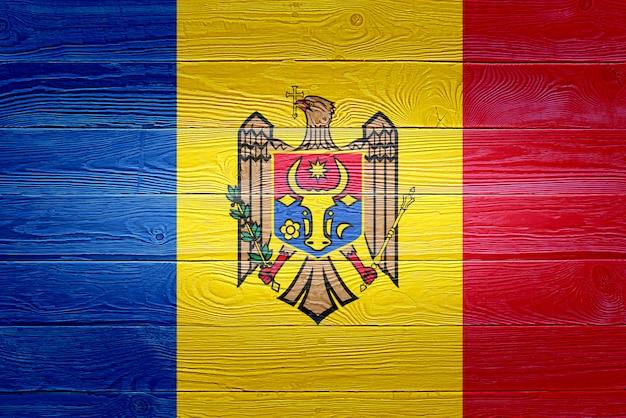 Drapeau de la moldavie peint sur fond de planche de bois ancien