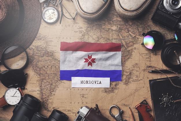 Drapeau de la mordovie entre les accessoires du voyageur sur l'ancienne carte vintage. tir aérien