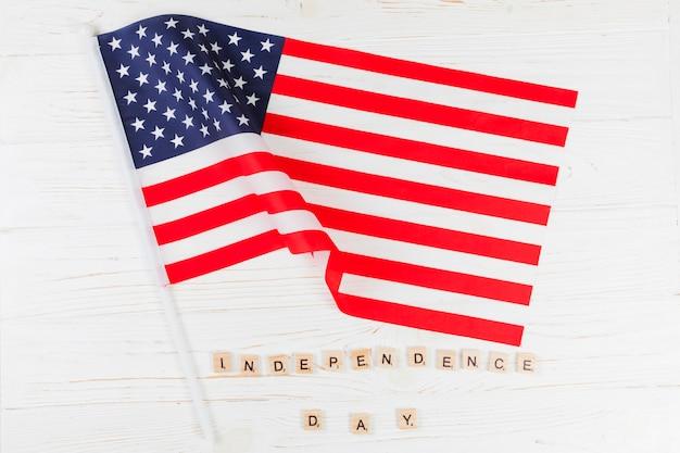 Drapeau avec des mots independence day