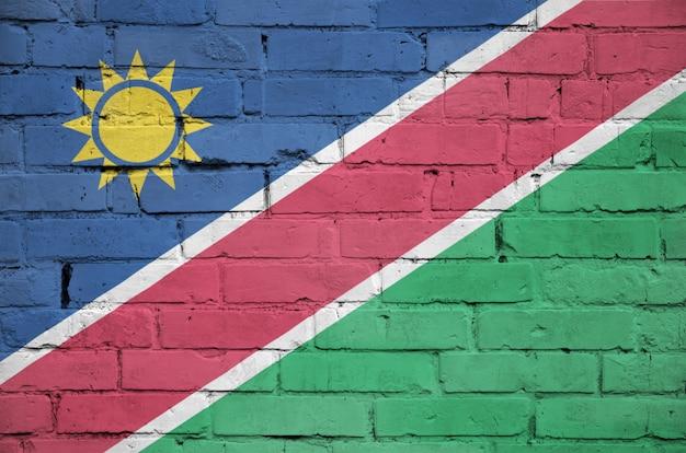Le drapeau de la namibie est peint sur un vieux mur de briques