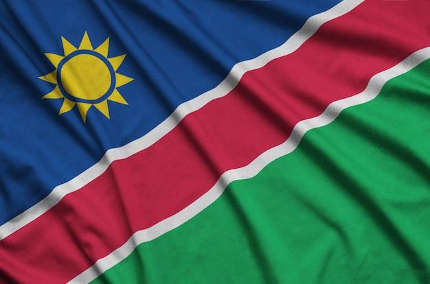 Le drapeau de la namibie est représenté sur un tissu de sport avec de nombreux plis.