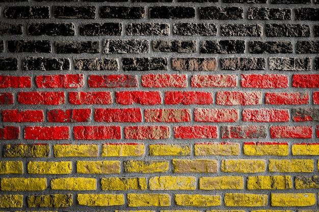 Drapeau national de l'allemagne sur un vieux mur de briques