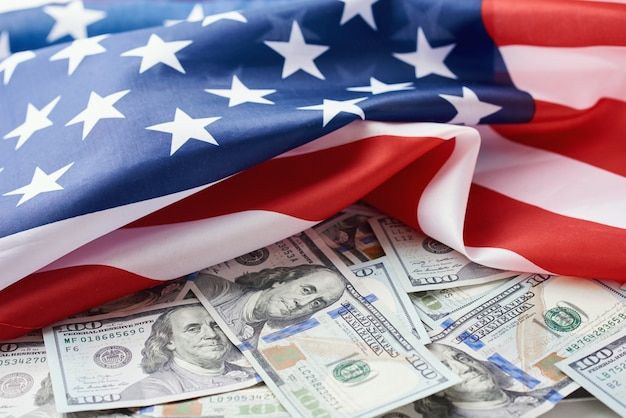 Drapeau national américain et les billets d'un dollar. concept commercial et financier