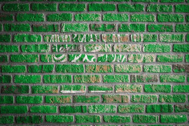 Drapeau national de l'arabie saoudite sur un vieux mur de briques