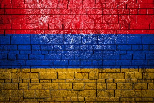Drapeau national de l'arménie sur le mur de briques