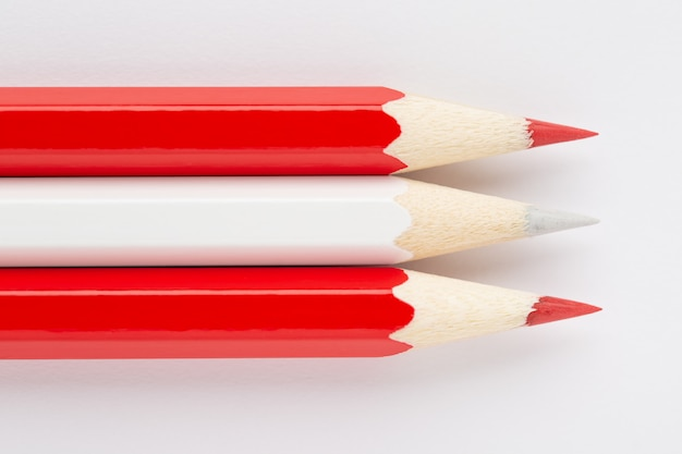 Drapeau national de l'autriche fait de crayons en bois colorés isolés