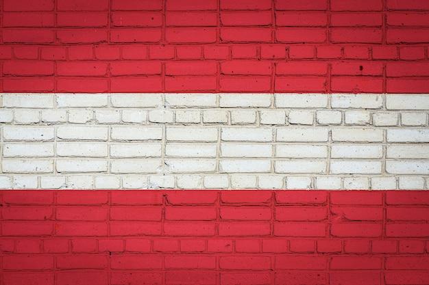 Drapeau national de l'autriche représentant sur un vieux mur de briques