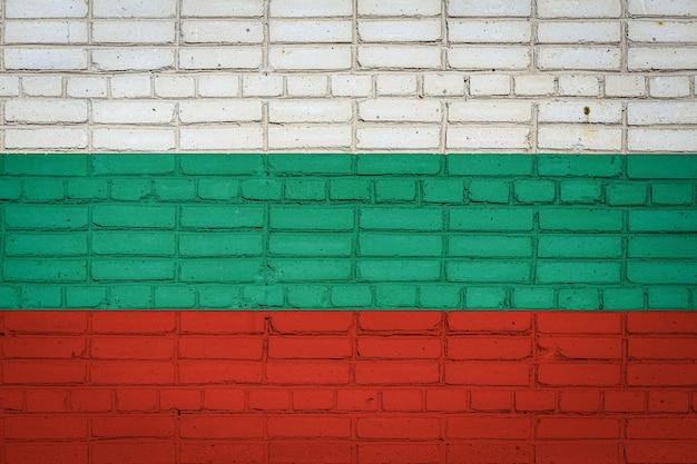 Drapeau national de la bulgarie représentant sur un vieux mur de briques