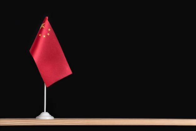 Drapeau national de la chine sur la surface noire. drapeau rouge avec des étoiles. espace de copie.