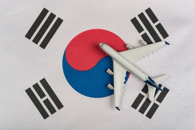 Drapeau national de la corée du sud et le modèle réduit d'avion. reprise des vols après la quarantaine