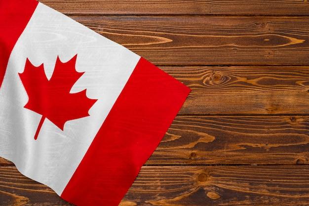 Drapeau national du canada sur fond de bois, espace copie