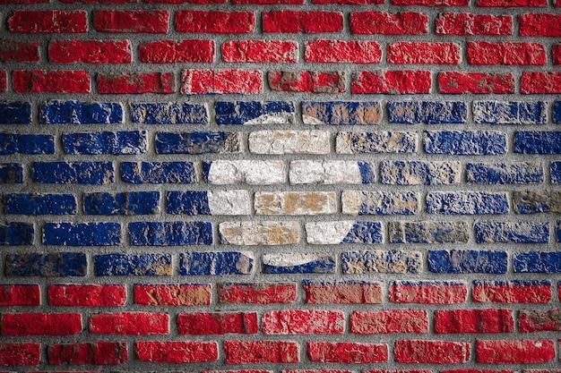 Drapeau national du laos sur un vieux mur de briques