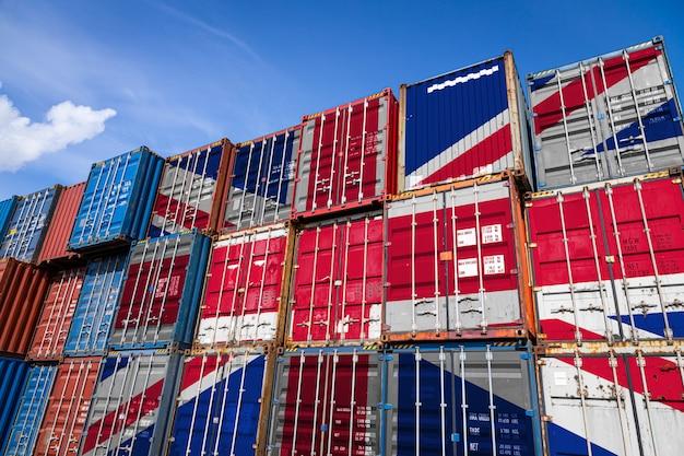 Drapeau national du royaume-uni sur un grand nombre de conteneurs métalliques pour le stockage de marchandises empilées en rangées
