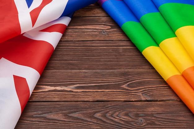 Drapeau national de la grande-bretagne et drapeau gay.