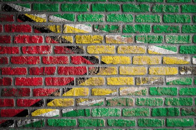 Drapeau national de la guyane sur un vieux mur de briques