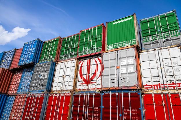 Drapeau national de l'iran sur un grand nombre de conteneurs métalliques pour le stockage de marchandises empilées en rangées