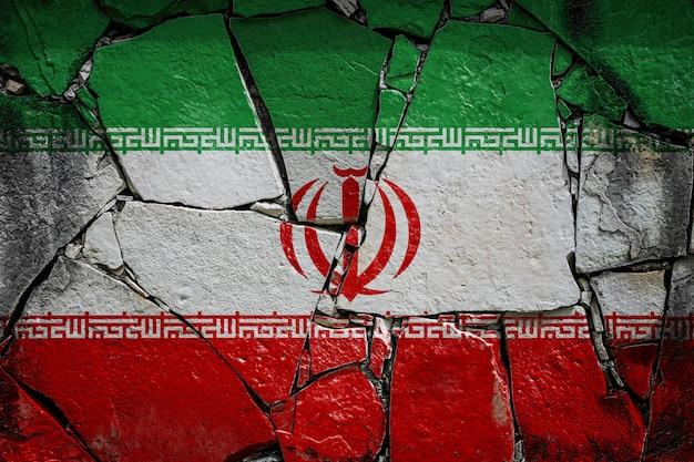 Drapeau national de l'iran sur un vieux mur de pierre