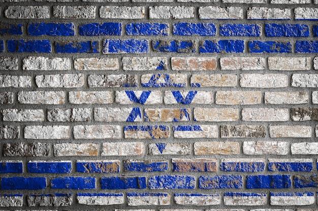 Drapeau national d'israël sur un vieux mur de briques