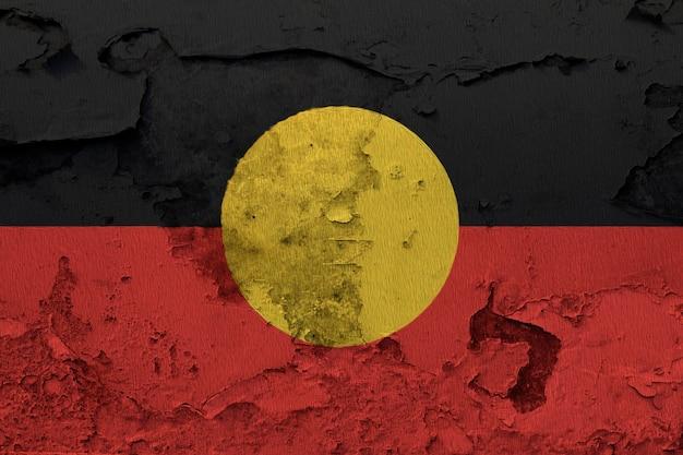 Drapeau national peint d'autochtones d'australie sur un mur de béton