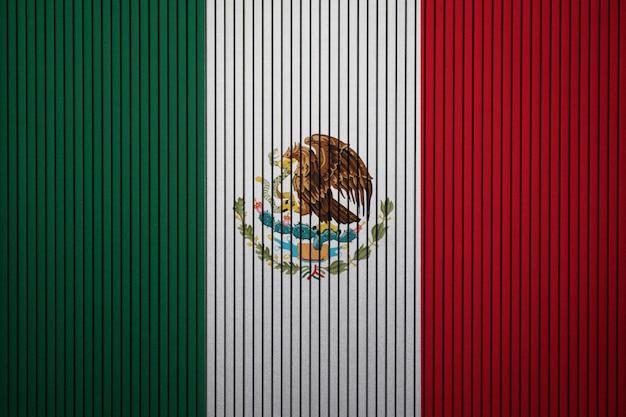 Drapeau national peint du mexique sur un mur de béton