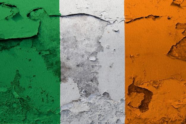 Drapeau national peint de l'irlande sur un mur de béton