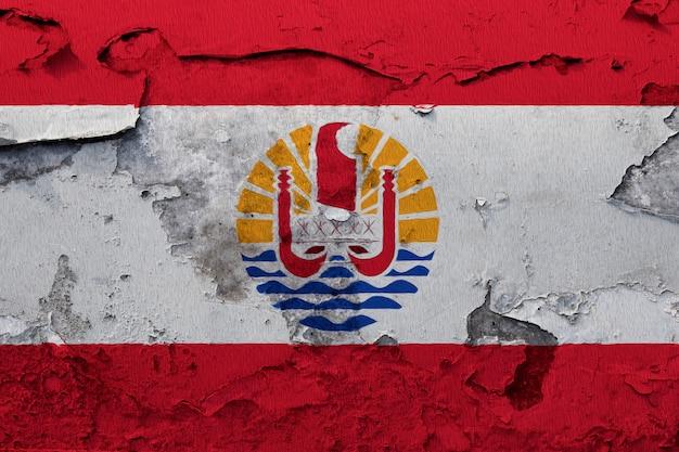 Drapeau national peint de la polynésie française sur un mur de béton