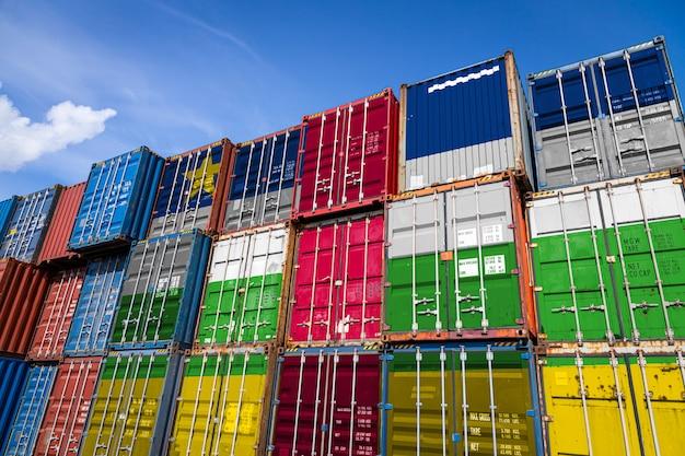 Drapeau national de la république centrafricaine sur un grand nombre de conteneurs métalliques pour le stockage de marchandises empilées en rangées