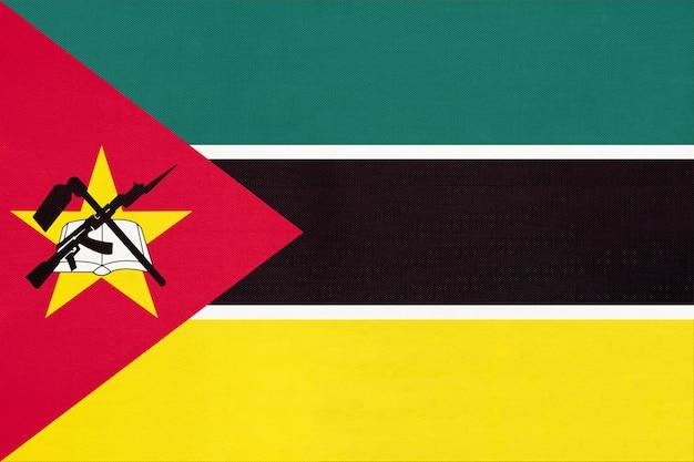 Drapeau national de la république du mozambique en tissu, fond textile.