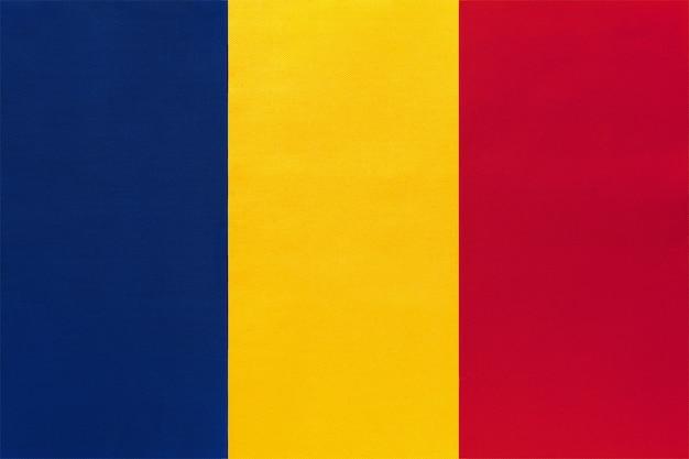 Drapeau national de la république du tchad en tissu, fond textile. symbole du pays africain du monde.