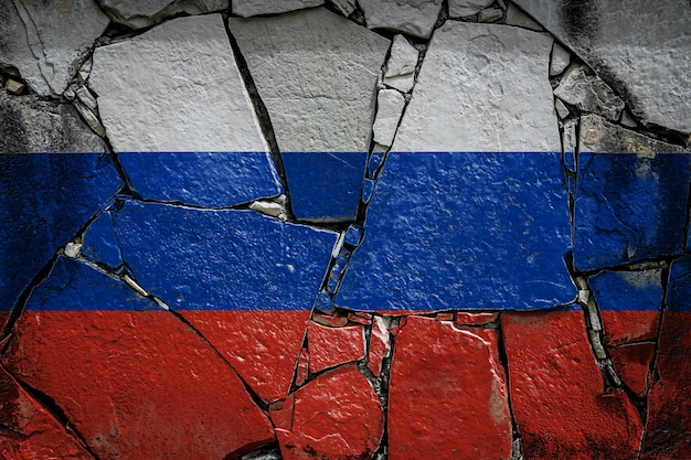 Drapeau national de la russie représentant en couleurs de peinture sur un vieux mur de pierre. bannière de drapeau sur fond de mur cassé.