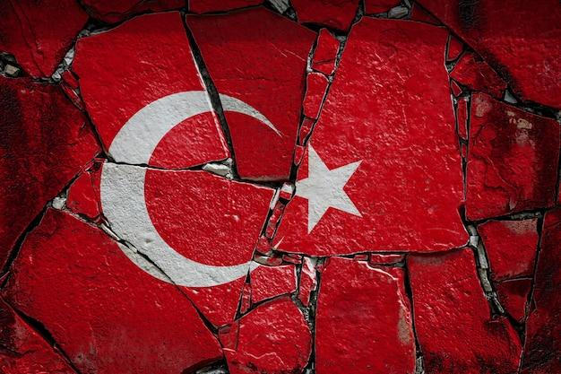 Drapeau national de la turquie représentant en couleurs de peinture sur un vieux mur de pierre. bannière de drapeau sur fond de mur cassé.
