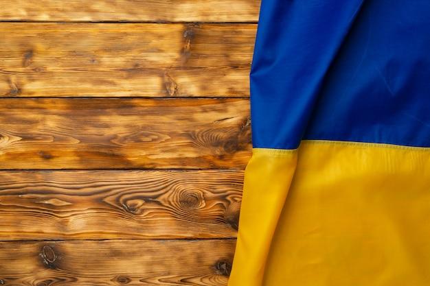 Drapeau national de l'ukraine sur fond de bois foncé, espace copie