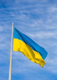 Drapeau national de l'ukraine indépendante dans le vent
