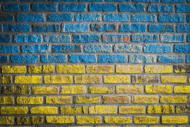 Drapeau national de l'ukraine sur un vieux mur de briques