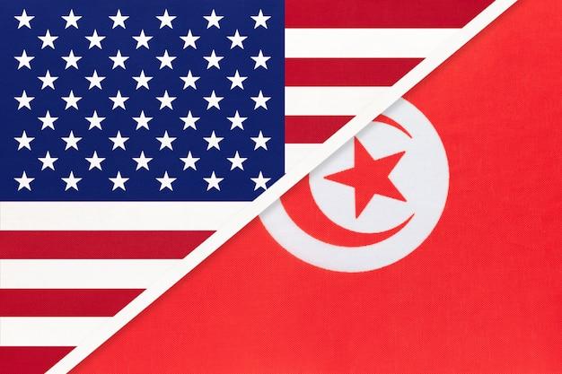 Drapeau national usa vs république tunisienne en textile. relation entre deux pays américains et africains.