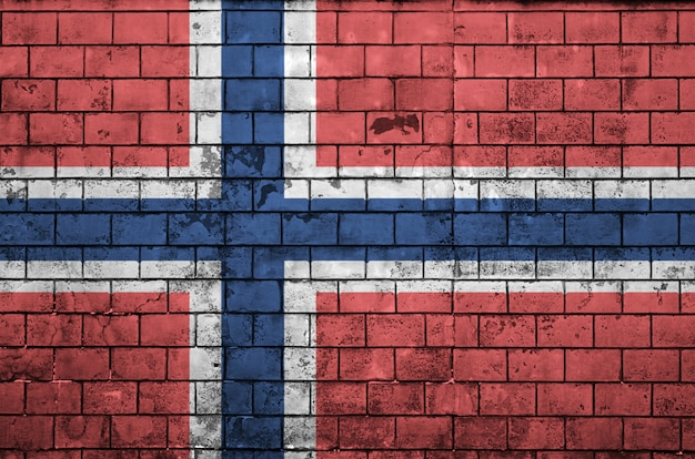 Le drapeau de la norvège est peint sur un vieux mur de briques