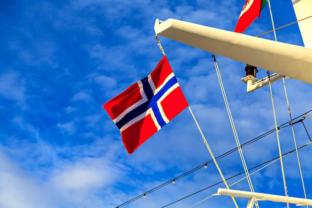 Drapeau de la norvège sur le mât d'un paquebot de croisière
