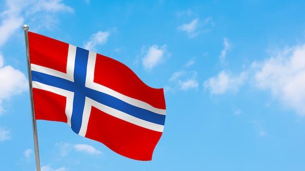 Drapeau de la norvège sur le poteau. ciel bleu. drapeau national de la norvège