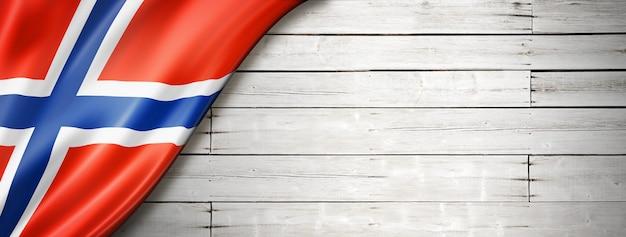 Drapeau de la norvège sur le vieux mur blanc