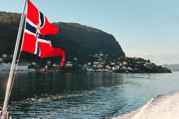 Drapeau norvégien au bord d'un bateau, bergen, norvège