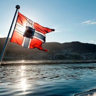 Drapeau norvégien au bord d'un bateau, norvège