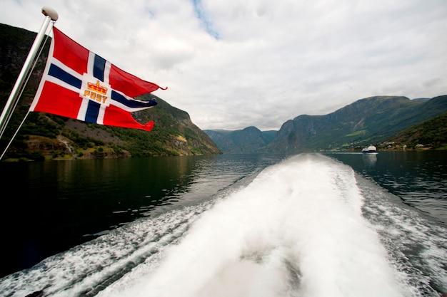 Drapeau norvégien sur un navire dans le fjord, aurlandsfjord, sognefjord, norvège
