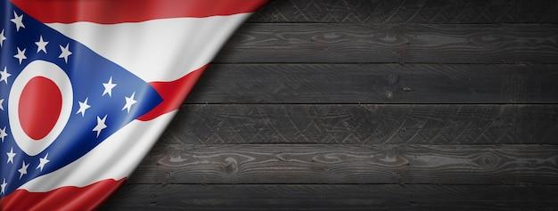 Drapeau de l'ohio sur la bannière murale en bois noir, usa