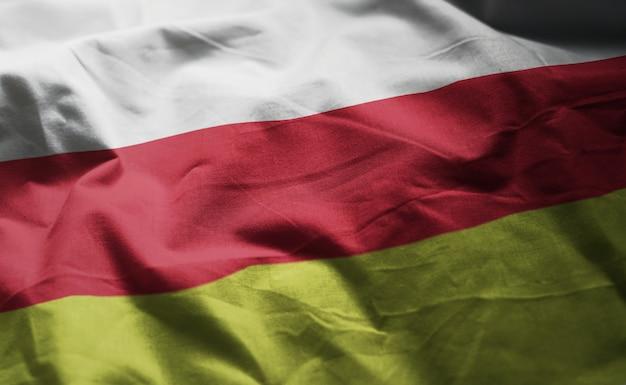 Le drapeau d'ossétie du nord-alanie froissé de près